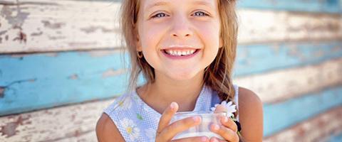 Flicka dricker mjölk